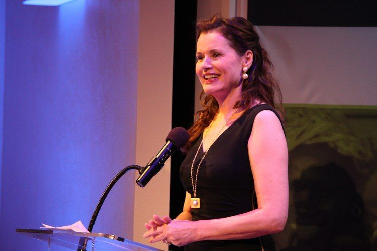 2560px Geena Davis at the podium 9922450166